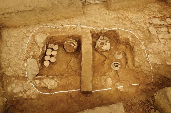 최근 발굴조사를 통해 새롭게 존재가 확인된 경남 함안군 가야읍 말이산 고분군내 100호분. 무덤 내에 각종 토기류가 보인다. 사진 = 연합뉴스