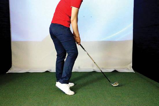 임팩트 구간에서 오른발이 앞으로 튀어나올 때 측면 모습. 오른쪽 무릎이 앞으로 튀어나오는 걸 볼 수 있다.
