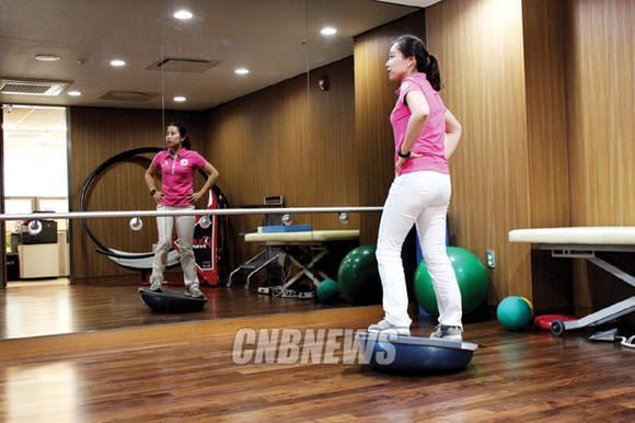 연세 골프-사이언스의 운동공간에서 최송이 프로가 도구를 이용한 균형 잡기 운동법을 시연하고 있다. 사진 = 안창현 기자