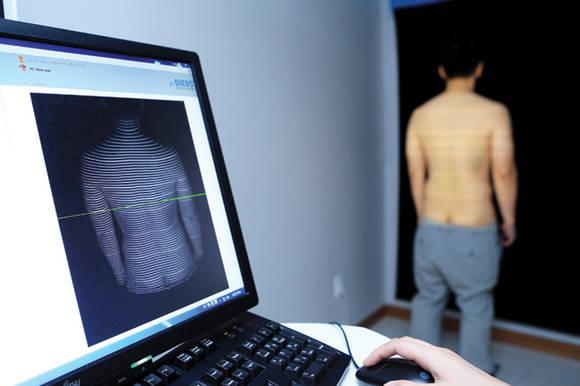 방사선 노출 없이 할로겐램프로 척추 및 골반의 구조를 측정하는 '척추 구조 분석'을 진행하고 있다.