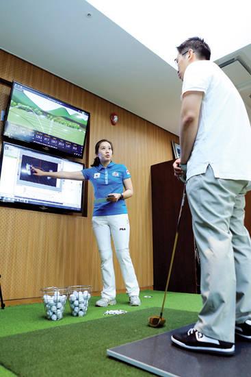 연세 골프-사이언스엔 어드레스 및 스윙 때 몸의 중심 이동을 분석해주는 장비(샘발란스)가 있다. 한 남성이 샘발란스에 올라가 드라이브샷 이후 자신의 몸 상태에 대해 듣고 있다. 사진 = 연세의료원