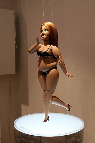 김쥬쥬, '패티 - 바비(Fatty - Barbie)'. 세라믹, 13 x 8 x 43cm,ceramic. 2015.