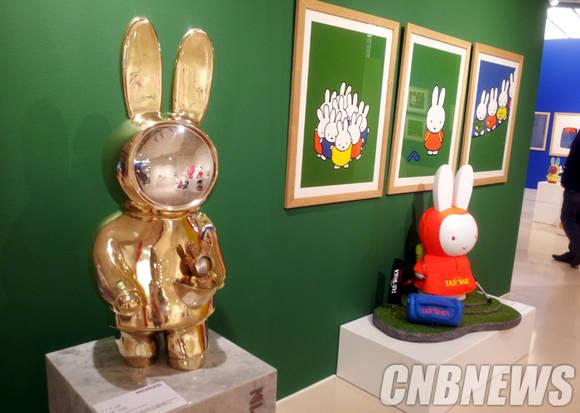 이번 전시는 국내외 아티스트들이 미피를 재해석한 작품도 전시돼 눈길을 끈다. 가장 왼쪽에 이수미 작가의 금속공예 작품으로 재탄생된 미피가 전시됐다.(사진=김금영 기자)